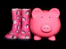 Τράπεζα Piggy δίπλα στα wellies Στοκ εικόνες με δικαίωμα ελεύθερης χρήσης