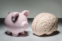 Τράπεζα Piggy και ανθρώπινος εγκέφαλος στοκ φωτογραφία