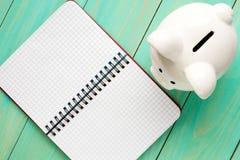 Τράπεζα Piggy και ανοικτό σημειωματάριο στοκ φωτογραφία με δικαίωμα ελεύθερης χρήσης