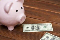 Τράπεζα Piggy και δολάρια, έννοια του δρόμου για την επιτυχία Στοκ φωτογραφία με δικαίωμα ελεύθερης χρήσης