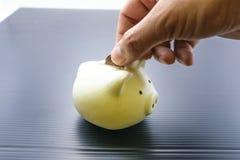 Τράπεζα Piggy και χρηματοκιβώτιο χεριών Στοκ φωτογραφία με δικαίωμα ελεύθερης χρήσης
