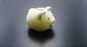 Τράπεζα Piggy και χρηματοκιβώτιο χεριών Στοκ φωτογραφίες με δικαίωμα ελεύθερης χρήσης