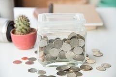 Τράπεζα Piggy και χρυσό νόμισμα σωρών Στοκ Εικόνες