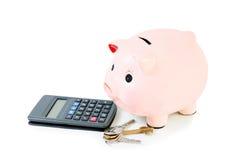 Τράπεζα Piggy με τα κλειδιά σπιτιών και υπολογιστής που απομονώνεται Στοκ Φωτογραφία