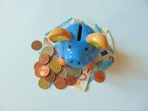 Τράπεζα Piggy με τα χρήματα και τα νομίσματα Στοκ Εικόνες