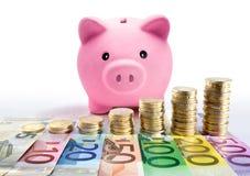 Τράπεζα Piggy με τους ευρο- σωρούς και τα τραπεζογραμμάτια νομισμάτων - αύξηση στοκ φωτογραφίες