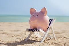 Τράπεζα Piggy με το deckchair Στοκ εικόνες με δικαίωμα ελεύθερης χρήσης