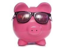 Τράπεζα Piggy που φορά τα παραληρόντα γυαλιά Κομμάτων Στοκ Φωτογραφίες
