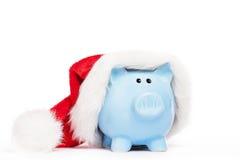 Τράπεζα Piggy που φορά το καπέλο santas Στοκ εικόνα με δικαίωμα ελεύθερης χρήσης