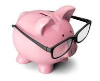 Τράπεζα Piggy στα γυαλιά που απομονώνονται στο άσπρο υπόβαθρο στοκ φωτογραφίες με δικαίωμα ελεύθερης χρήσης