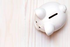 Τράπεζα Piggy στο άσπρο ξύλινο υπόβαθρο στοκ εικόνα με δικαίωμα ελεύθερης χρήσης