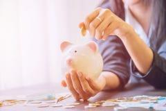 Τράπεζα Piggy υπό εξέταση με το σωρό μετρητών Στοκ φωτογραφίες με δικαίωμα ελεύθερης χρήσης