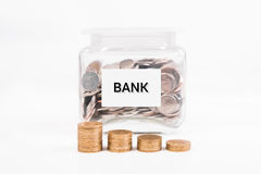 Τράπεζα Piggy, χρυσό νόμισμα σωρών, με την ΤΡΑΠΕΖΑ κειμένων λέξης σε χαρτί Στοκ Εικόνα