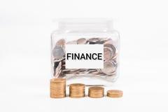 Τράπεζα Piggy, χρυσό νόμισμα σωρών, με τη χρηματοδότηση κειμένων λέξης σε χαρτί Στοκ φωτογραφία με δικαίωμα ελεύθερης χρήσης