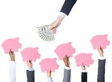 Τράπεζες Piggy που καταθέτουν την οικονομική έννοια οικονομίας σε τράπεζα Στοκ φωτογραφίες με δικαίωμα ελεύθερης χρήσης