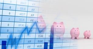 Τράπεζες Piggy στη σειρά με την μπλε μετάβαση γραφικών παραστάσεων χρηματοδότησης Στοκ Φωτογραφίες
