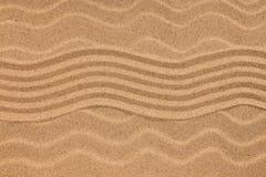 Τρέκλισμα στην άμμο και τα θαλασσινά κοχύλια στην κυματιστή άμμο ανασκόπησης τα μαύρα γίνοντα εικόνα χρήματα σπιτιών ιδιοκτητών σ Στοκ Εικόνα