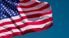 Τρέμοντας ΑΜΕΡΙΚΑΝΙΚΗ σημαία ενάντια στον ουρανό απόθεμα βίντεο