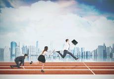 τρέξιμο επιχειρηματιών Νεφελώδης ουρανός, άποψη πόλεων Στοκ φωτογραφία με δικαίωμα ελεύθερης χρήσης