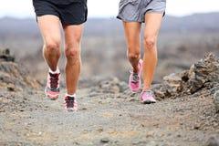 Τρέξιμο ιχνών - κλείστε επάνω των παπουτσιών και των ποδιών δρομέων Στοκ Εικόνες
