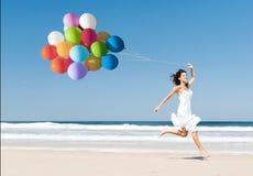 Τρέξιμο και άλμα με ballons Στοκ Εικόνες