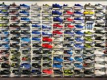 Τρέξιμο και περιστασιακά παπούτσια για την πώληση στην επίδειξη καταστημάτων παπουτσιών ενδυμασίας μόδας Στοκ Εικόνες