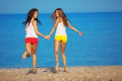 τρέξιμο κοριτσιών παραλιών Στοκ Φωτογραφία