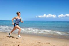 τρέξιμο κοριτσιών παραλιών στοκ εικόνες με δικαίωμα ελεύθερης χρήσης
