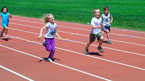 τρέξιμο κοριτσιών διασκέδ&a Στοκ Φωτογραφίες