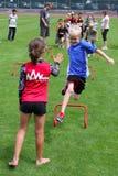 τρέξιμο κοριτσιών διασκέδ&a Στοκ φωτογραφία με δικαίωμα ελεύθερης χρήσης
