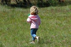 τρέξιμο κοριτσιών Στοκ φωτογραφία με δικαίωμα ελεύθερης χρήσης
