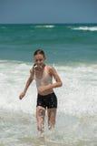 Τρέξιμο μέσω της κυματωγής Στοκ Εικόνες