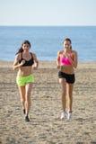 Τρέξιμο μέσω της χαλαρής άμμου Στοκ Εικόνες