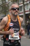 Τρέξιμο με τα δροσερά γυαλιά ηλίου Στοκ Εικόνα