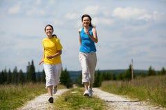 Τρέξιμο μητέρων και κορών στοκ φωτογραφία με δικαίωμα ελεύθερης χρήσης