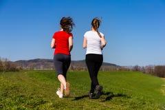 Τρέξιμο μητέρων και κορών στοκ φωτογραφία