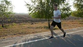 Τρέξιμο νεαρών άνδρων πρωινού μαραθώνιος Καλοκαίρι κίνηση αργή φιλμ μικρού μήκους