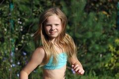 Τρέξιμο ξανθών, κοριτσιών χαμόγελου Στοκ Εικόνες