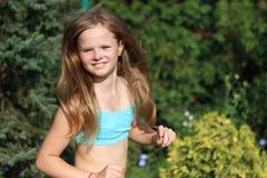 Τρέξιμο ξανθών, κοριτσιών χαμόγελου Στοκ εικόνες με δικαίωμα ελεύθερης χρήσης