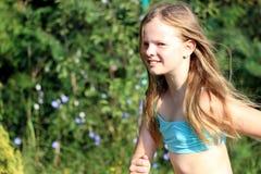 Τρέξιμο ξανθών, κοριτσιών χαμόγελου Στοκ εικόνα με δικαίωμα ελεύθερης χρήσης