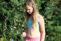Τρέξιμο ξανθών, κοριτσιών χαμόγελου Στοκ Φωτογραφίες