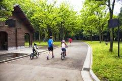 Τρέξιμο πατέρων και παιδιών Στοκ φωτογραφίες με δικαίωμα ελεύθερης χρήσης