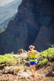 Τρέξιμο περπατήματος γυναικών στα δύσκολα βουνά τη θερινή ημέρα Στοκ Εικόνα