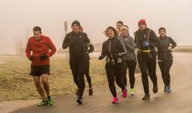 Τρέξιμο στον ομιχλώδη στοκ εικόνες