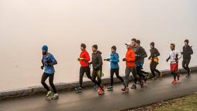 Τρέξιμο στον ομιχλώδη στοκ φωτογραφίες