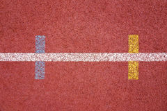 Τρέξιμο της επενδεδυμένης με καουτσούκ τεχνητής επιφάνειας διαδρομής με το χαρακτηρισμό χρώματος Στοκ Φωτογραφίες