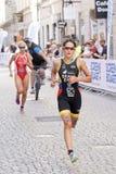 Τρέξιμο της Anja Knapp Triathlete, που ακολουθείται από τη Gaia Peron Στοκ Φωτογραφίες