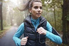 Τρέξιμο το φθινόπωρο Στοκ Φωτογραφίες