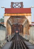 Τρέξιμο τραίνων στον αρχαίο σιδηρόδρομο στη μακριά γέφυρα Bien στο Ανόι Στοκ εικόνες με δικαίωμα ελεύθερης χρήσης