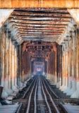 Τρέξιμο τραίνων στον αρχαίο σιδηρόδρομο στη μακριά γέφυρα Bien στο Ανόι Στοκ Εικόνα